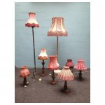<p>Verschillende rose/rode lampenkappen</p> <p>v.a. € 12,50 p/ VERHUUR</p> <p>8 stuks roze/rode kappen / verschillende lengtes</p>
