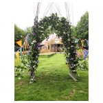 poortje 01 <p>€ 250,00 VERHUUR</p> <p>poortje gemaakt van wilgentakken en bloemen</p>