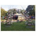poortje 02 <p>€ 250,00 VERHUUR</p> <p>poortje gemaakt van wilgentakken en bloemen</p>