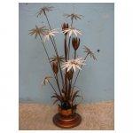 bloemen lamp <p>€ 125,00 VERHUUR</p> <p>1 stuk / 130 x 65 cm (lxb) / metaal</p>